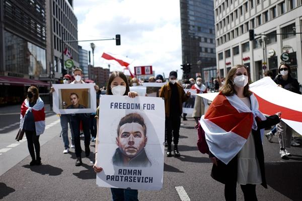 지난 5월 29일 독일 베를린에서 열린 벨라루스 민주화운동 지지 집회의 모습. 한 여성이 벨라루스의 유력 야권인사이자 언론인인 라만 프로타세비치의 모습이 담긴 포스터를 들고 있다. 라만 프로타세비치는 5월 23일 벨라루스 정부의 '라이언에어 민항기 납치사건' 이후 체포됐다.