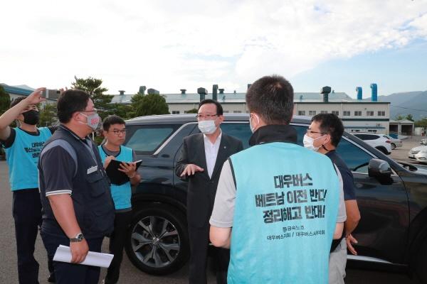 송철호 울산시장이 공장이 폐쇄된 울산 울주군 대우버스 공장에서 노동자들과 대화를 나누고 있다.