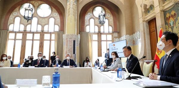 페인을 국빈 방문 중인 문재인 대통령이 17일(현지시간) 스페인 바르셀로나 산파우 병원에서 열린 한-스페인 관광산업 라운드테이블에 참석해 발언하고 있다.