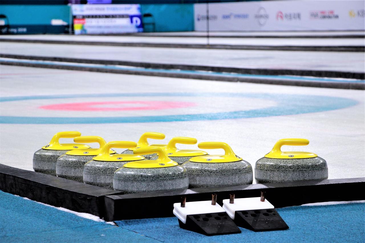 2021 컬링 한국선수권대회가 열리는 강릉컬링센터에 스톤이 정렬되어 있다.