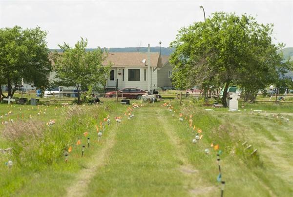 캐나다 서스캐처원 매리벨 인디언 기숙학교 근처에서 표식없는 751개 무덤이 발견됐다. 무덤을 표시한 깃발 등을 찍은 사진. (Mark Taylor / The Canadian Press via AP)