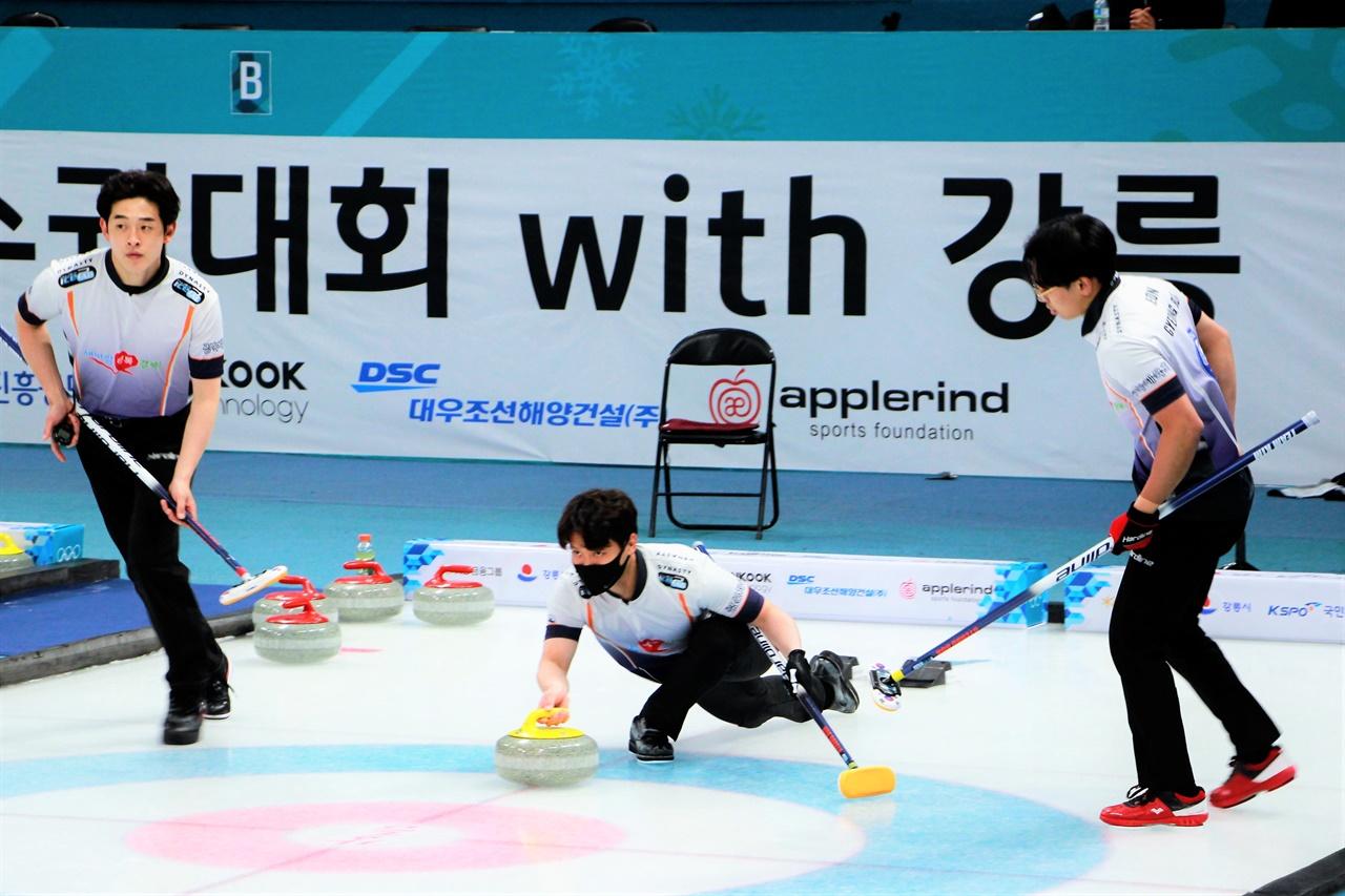 2021 KB금융 한국컬링선수권대회 2차 라운드에서 경북체육회의 김창민 선수가 스톤을 투구하고 있다.