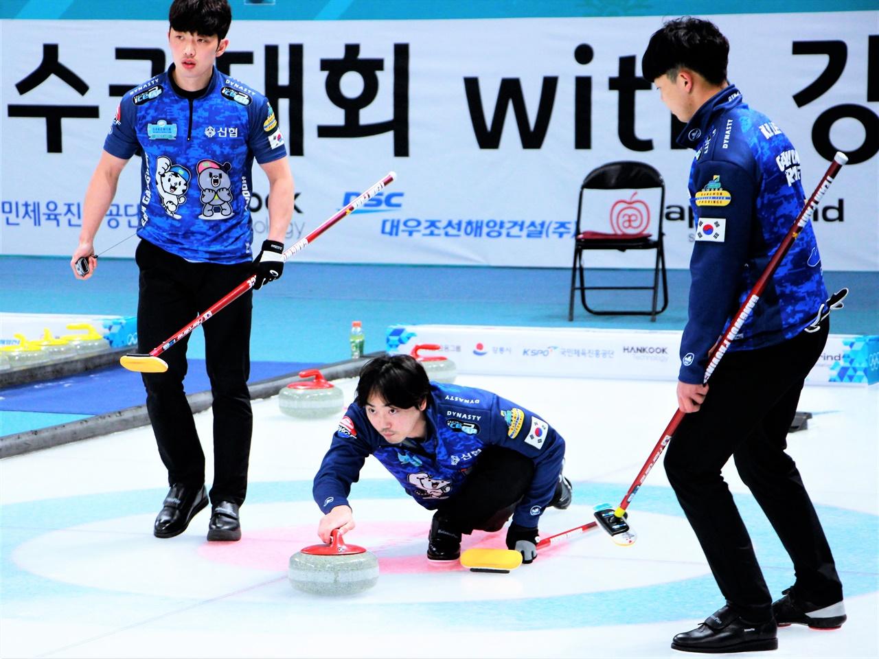 2021 KB금융 한국컬링선수권대회 2차 라운드에서 강원도청 박종덕 스킵이 스톤을 투구하고 있다.