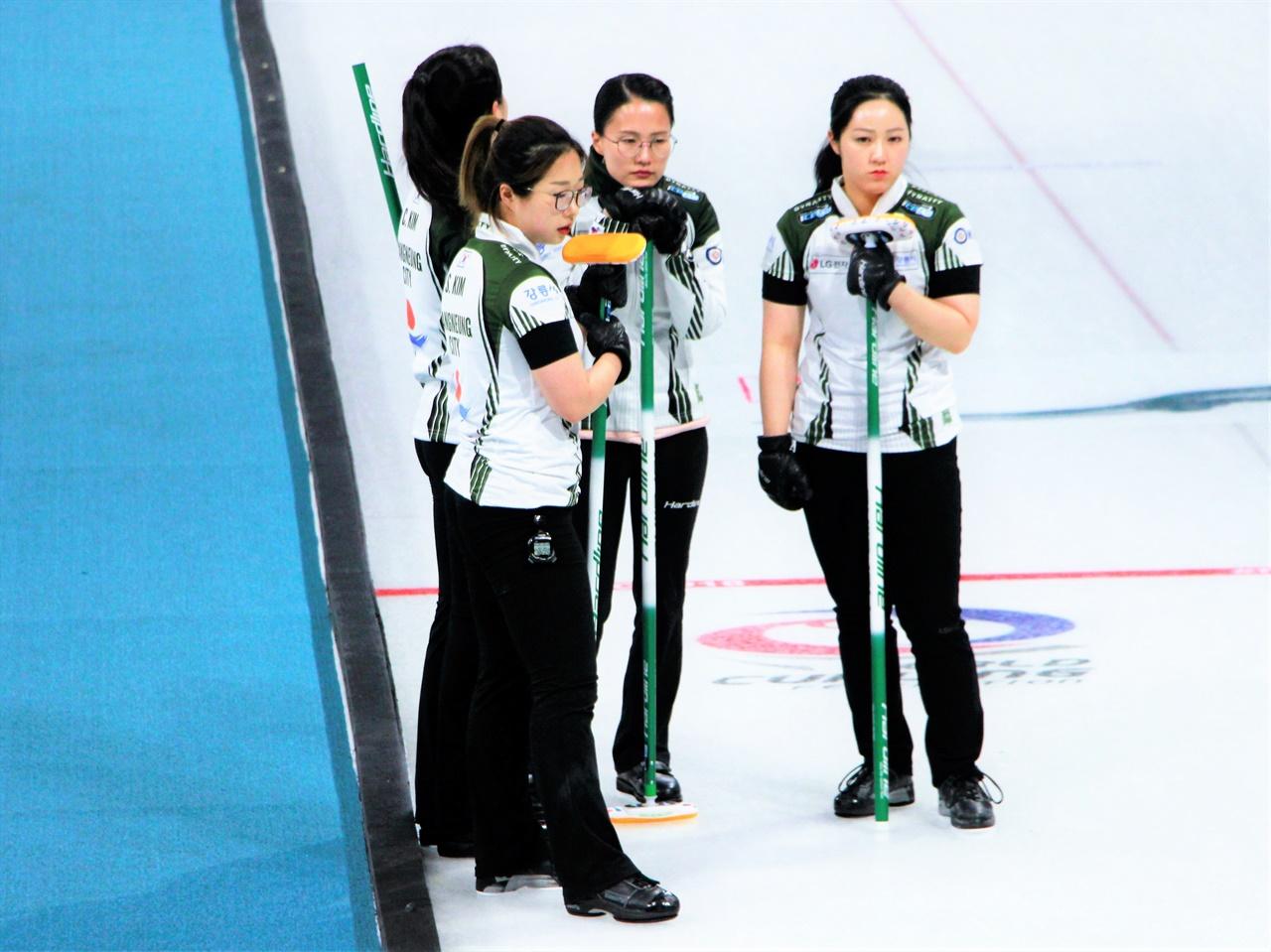 2021 KB금융 한국컬링선수권대회 2차 라운드에서 강릉시청 '팀 킴' 선수들이 고심하고 있다.