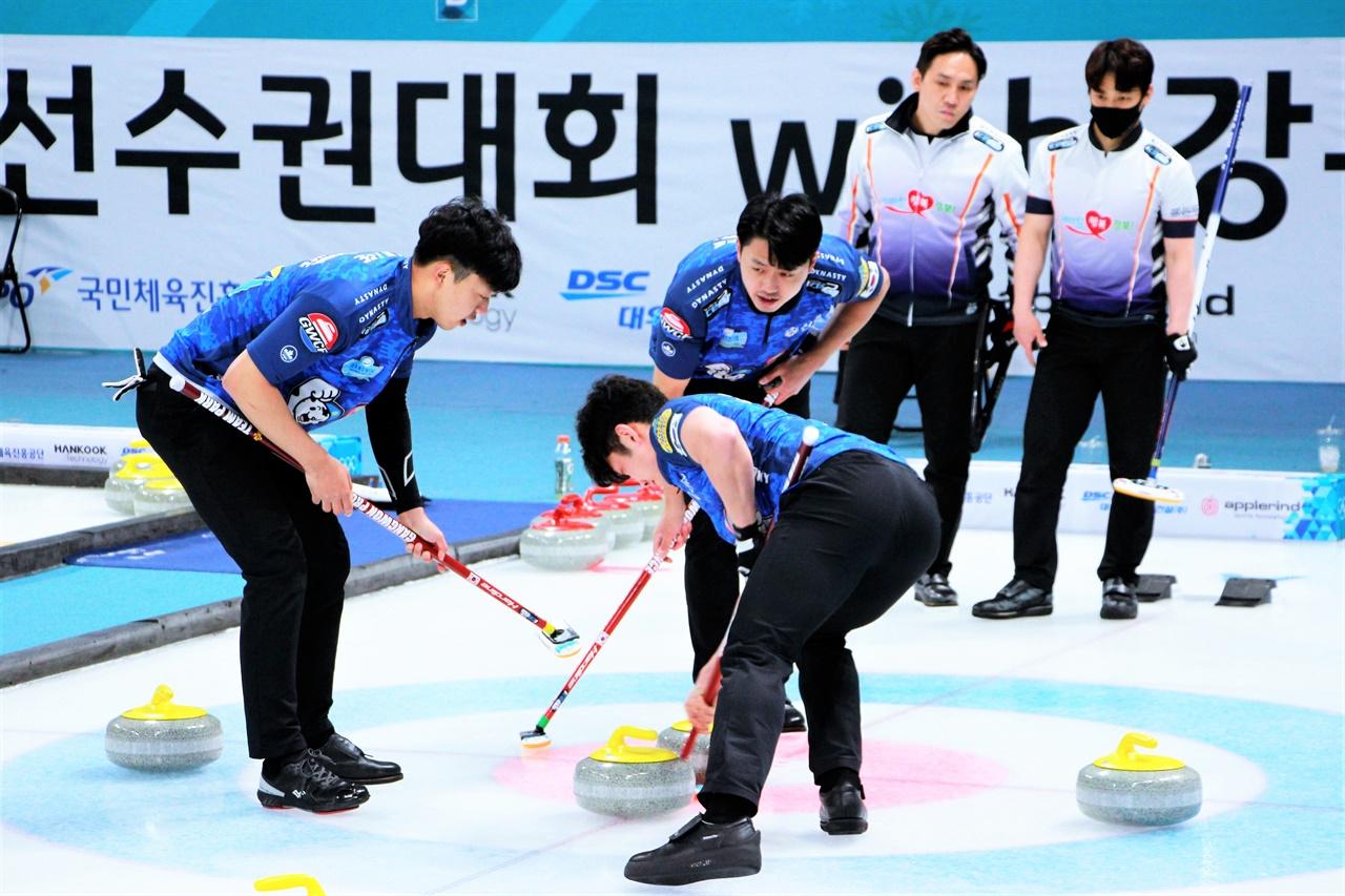 2021 KB금융 한국컬링선수권대회 결승전에서 강원도청과 경북체육회가 서로 맞붙고 있다.