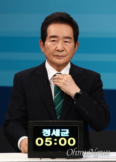 더불어민주당 대선 예비후보인 정세균 전 총리가 5일 서울 마포구 JTBC 스튜디오에서 합동 TV토론을 준비하고 있다.