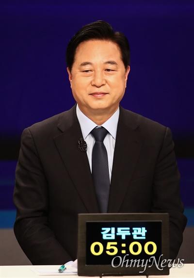 더불어민주당 대선 예비후보인 김두관 의원이 5일 서울 마포구 JTBC 스튜디오에서 합동 TV토론을 준비하고 있다.