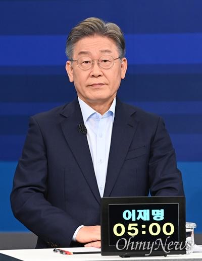 더불어민주당 대선 예비후보인 이재명 경기지사가 5일 서울 마포구 JTBC 스튜디오에서 합동 TV토론을 준비하고 있다.