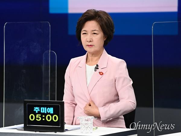 더불어민주당 대선 예비후보인 추미애 전 법무부 장관이 5일 서울 마포구 JTBC 스튜디오에서 합동 TV토론을 준비하고 있다.