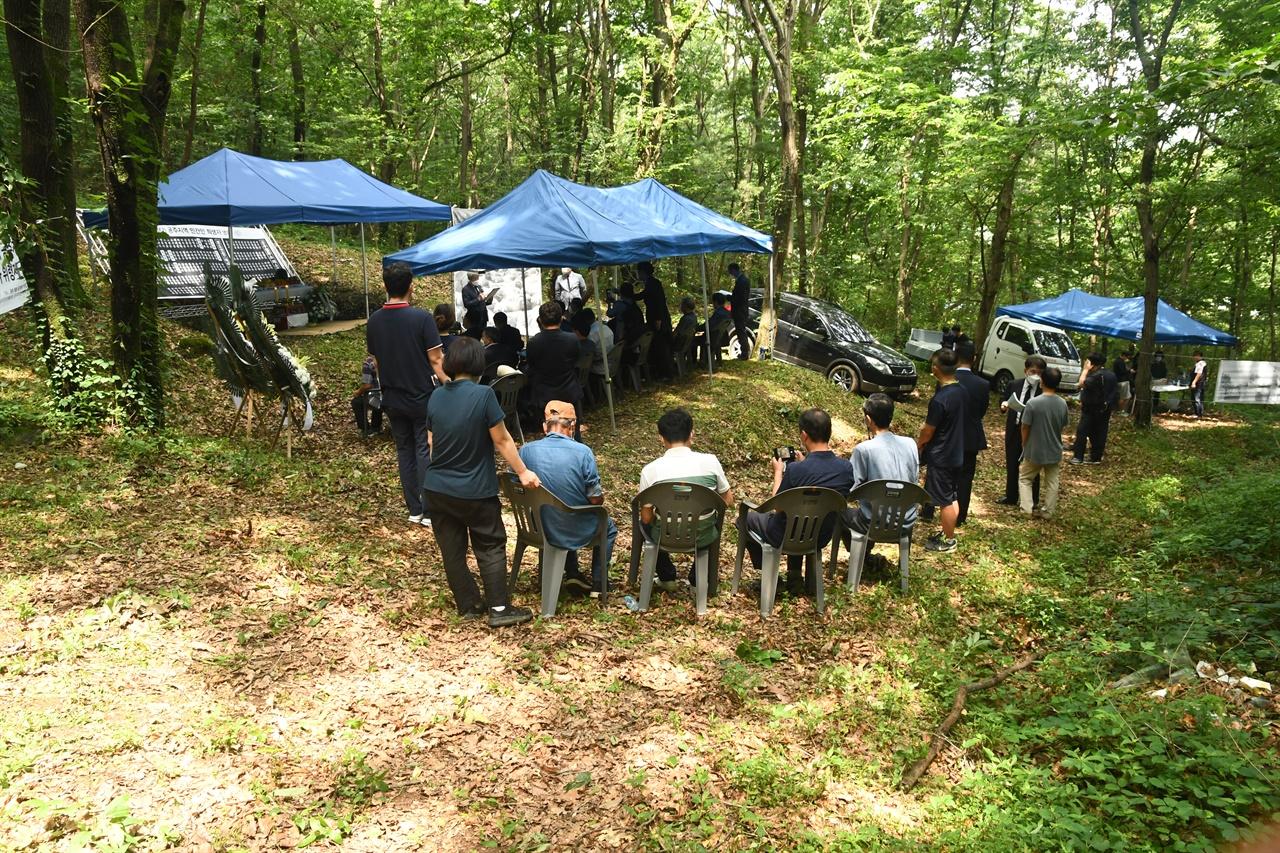 한국전쟁 시기 공주지역 민간인 희생자 위령제가 발굴지인 충남 공주시 왕촌 살구쟁이에서 진행되고 있다.