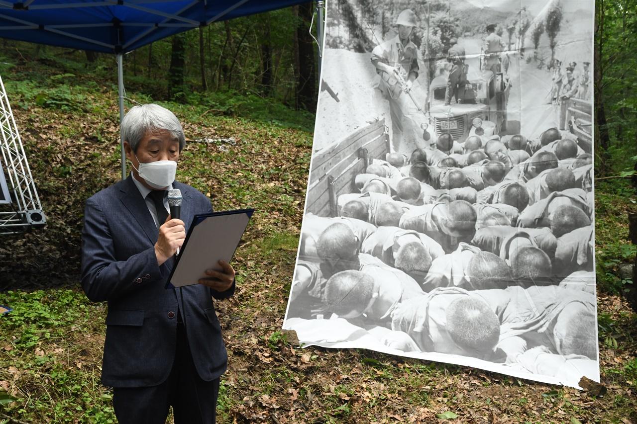 제16회 한국전쟁기 공주지역 민간인희생자 위령제에서 김복영 전국유족회 회장이 추도사를 하고 있다.