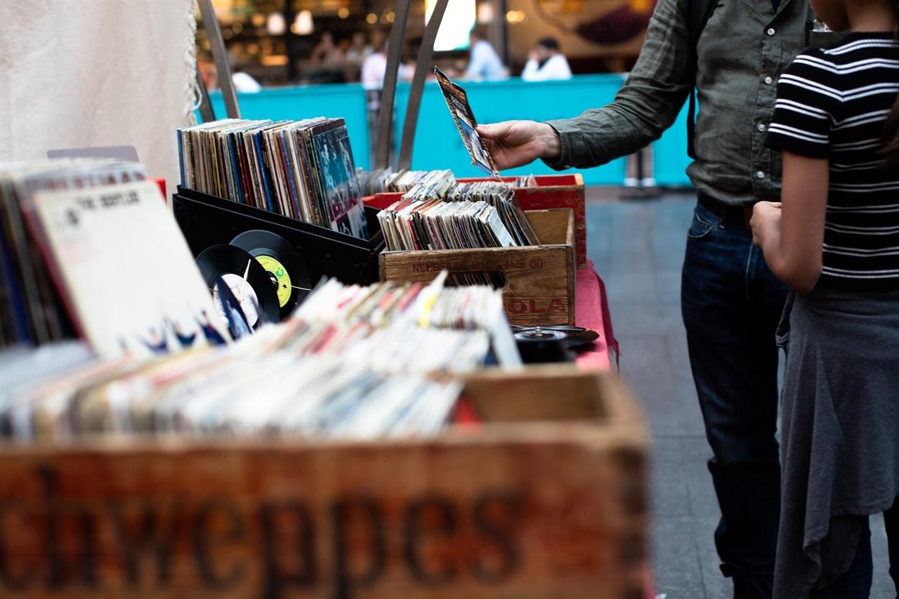 LP판 LP시대에서 테이프와 CD시대를 거쳐 차세대 음반인 '키트앨범'이 출시되고 있다.