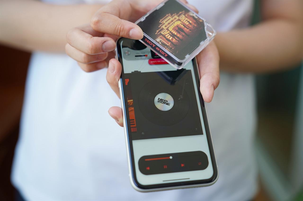 키트앨범은 CD를 대체할 차세대 음반으로 초기NFC 통신을 이용한 음반으로 출시되던 키노앨범에서,이후 스마트 디바이스의 오디오 단자를 통해 앨범을 구현하는 이어폰 타입 키트앨범 상품으로 출시되었다고 한다. 현재는 오디오 단자가 사라지고 버튼을 클릭하는 버튼 타입의 키트앨범으로 출시되고 있다고 한다.