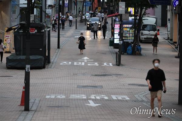 코로나19 확진자 급증에 대응하기 위해 사회적 거리두기 4단계가 적용된 첫날인 12일 오후 서울 중구 명동 거리에서 마스크를 쓴 시민들이 지나다니고 있다.