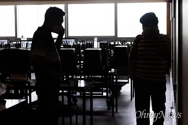 확진자 폭등으로 사회적거리두기 4단계가 시행되고 있는 13일 오전 서울 동작구 노량진수산시장에 입점한 식당의 문이 닫혀 있다. 저녁장사가 주를 이루는 노량진의 식당들은 휴업을 하거나 공사에 들어간 가게들도 있다.