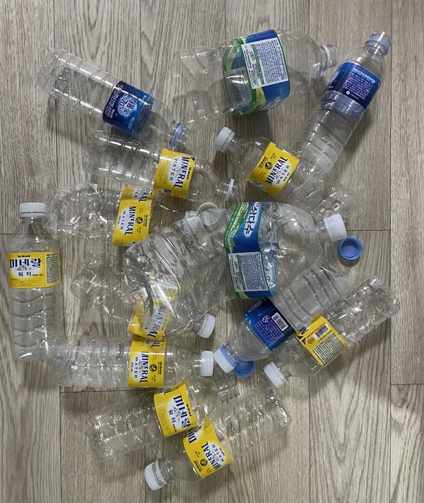 수돗물 공급 중지 시민들은 단수 사태에 며칠간 생수를 사용했다.