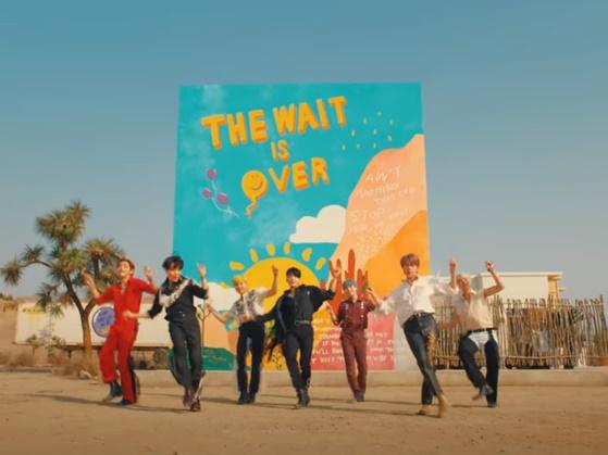 방탄소년단의 'Permission To Dance'는 코로나19 백신이 보급되며 팬데믹 이후를 기대하는 세계적 분위기를 반영한 댄스 곡이다.