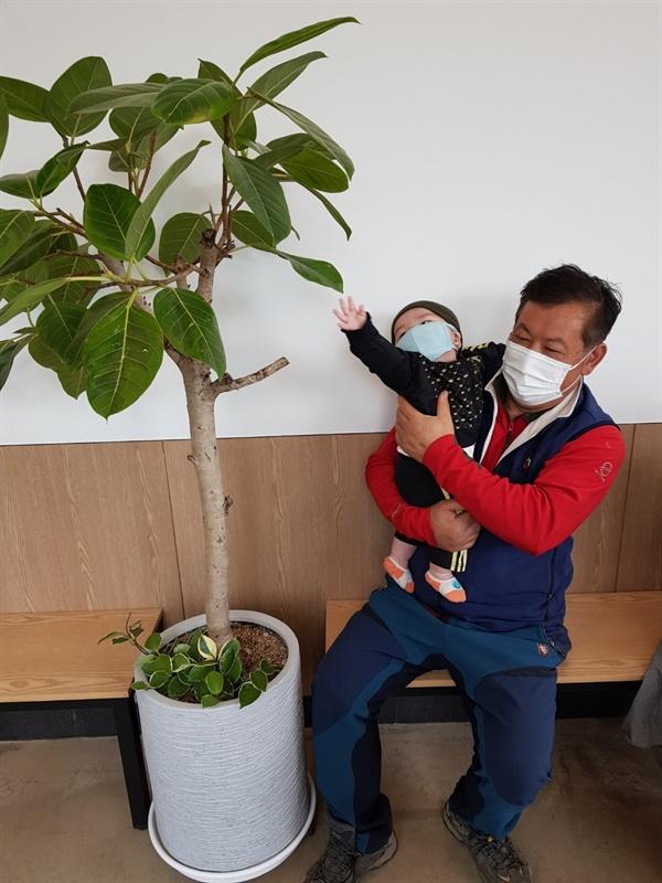 아기와 할아버지 아기가 외식을 나온 날에 할아버지와 찍은 사진