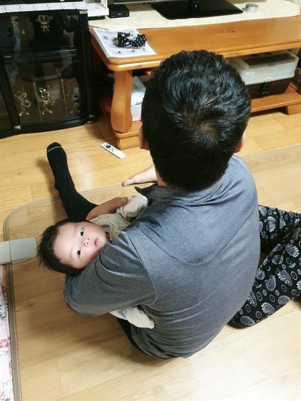 아기와 할아버지 아기의 외할아버지가 아기를 안고 있다