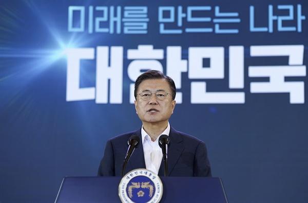 문재인 대통령이 7월 14일 청와대에서 열린 제4차 한국판 뉴딜 전략회의에서 발언하고 있다.