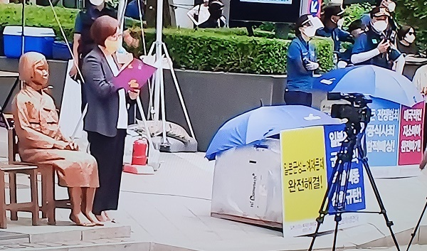 1500회 수요시위 14일 일본군 성노예 해결 1500회 수요시위는 토로나19 방역지침 격상으로 1인시위형식으로  진행했다.