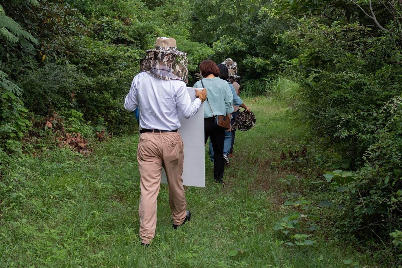 제주4·3 유적지 시민지킴이단 유적지 답사 활동 지난 7월 10일 제주4·3 유적지 시민지킴이단이 도심 속 잊힌 학살터 '도령마루'를 찾아 가고 있다.