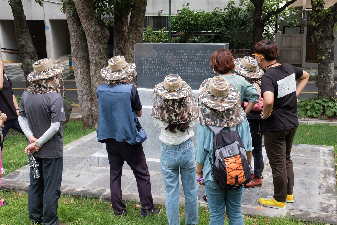 제주4·3 유적지 시민지킴이단 유적지 답사 활동 지난 7월 10일 제주4.3 유적지 시민지킴이단이 '제주농업고등학교이동기념비'에 적힌 내용을 살펴보고 있다.