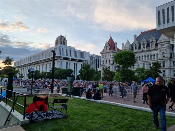 7월 4일 미국독립기념일 불꽃놀이를 보려고 올버니 주청사 앞에 몰려든 사람들