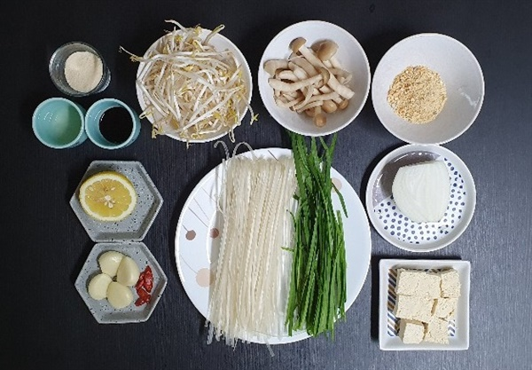 팟타이 재료 새우와 달걀 없이도 맛있다. 달걀을 넣고 싶다면 부추와 숙주를 넣기 전 단계에서 재료를 팬 한 쪽으로 밀어놓고, 남은 한 쪽에서 스크램블 에그를 만들어 섞으면 된다.