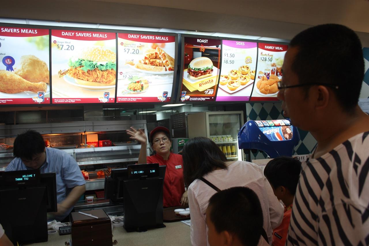 2011년 싱가포르의 패스트푸드점 사진 폴더를 뒤져보면 싱가포르 폴더에만 음식 사진이 없다. 정말 못 먹긴 못 먹었나 보다.