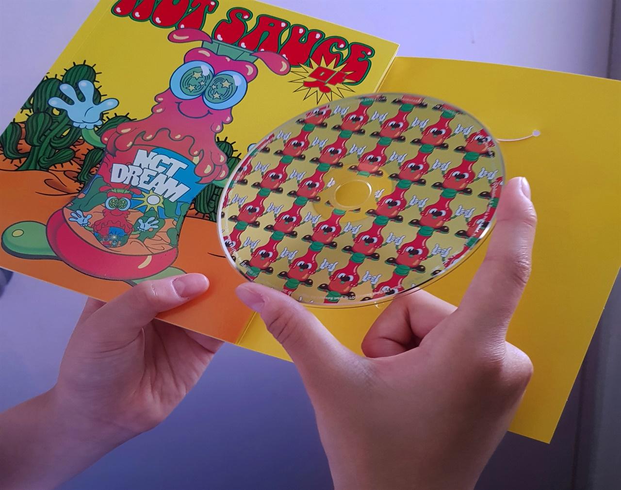 팬서비스 차원에서 CD앨범이 출시되고 있지만, 청소년들은 노래가 목적이 아니라 패키지로 들어있는 좋아하는 연예인의 포토카드 때문에 구매하는 경우가  대부분이라고 한다.
