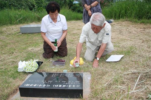 얼굴 한번 본 적 없는 시 고모를 위해 소송에 나선 이경자 할머니가 광주지방법원에서 승소한 후, 일본 지원단체 '나고야미쓰비시조선여자근로정신대소송을지웒사는모임' 다카하시 대표님과 함께 시할머니 묘소 찾아 술을 올리고 있다. 2017년 8월 8일.