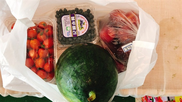 2주에 한 번 과일 전달 영양을 보충하기 위해서 신선한 과일로 건강을 보충합니다.
