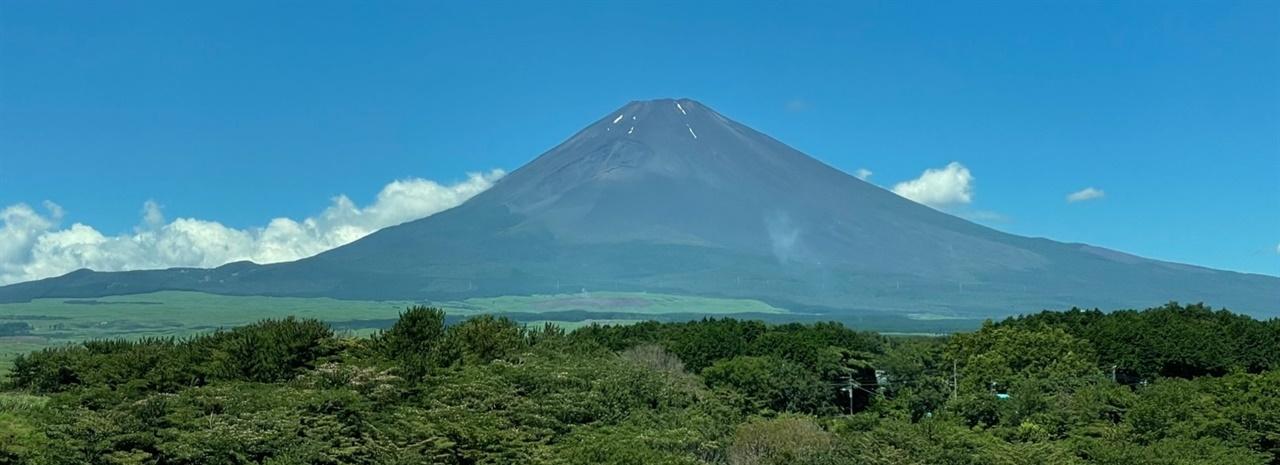 일본 후지산(해발 3776미터) 일본에서 예상되는 최악의 재난은 후지산이 다시 분화하여 화산재나 분출물이 도쿄를 덮는 것과 남해 해곡 지진이라고 합니다.일본 전국에 밝혀지 활단층이 2천 곳(아사히신문,2021.4.26)이고, 활화산은 111곳(일본기상청,https://www.data.jma.go.jp)있습니다.