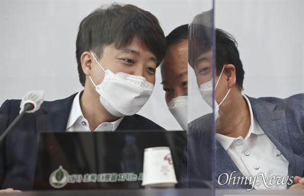 국민의힘 이준석 대표(왼쪽)가 19일 서울 여의도 국회에서 열린 최고위원회의에서 김재원 최고위원과 대화하고 있다.