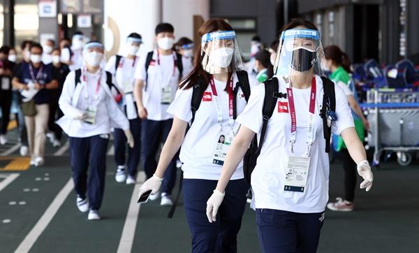 일본 입국하는 배드민턴 선수단 방역 장비를 착용한 배드민턴 국가대표 선수들이 19일 도쿄올림픽 출전을 위해 일본 나리타 국제공항으로 입국하고 있다.