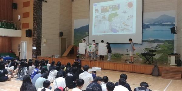 섬커뮤니티매핑 발표회 지난 7월 13일부터 16일까지 도초고등학교는 '자율적 교육과정 재구성 프로젝트'가 진행됐다. 위 사진은 '섬커뮤니티 매핑' 프로그램이 끝난 후 발표회 모습.