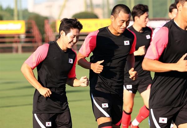 웃으며 훈련하는 이강인과 박지수 19일 오후 일본 이바라키현 가시마 앤틀러스 클럽하우스에서 올림픽 축구 대표팀 이강인(왼쪽)과 와일드카드 박지수가 함께 웃으며 훈련을 하고 있다. 도쿄올림픽 조별리그 B조에 속한 대표팀은 22일 가시마 스타디움에서 뉴질랜드와 대회 1차전을 치른다.