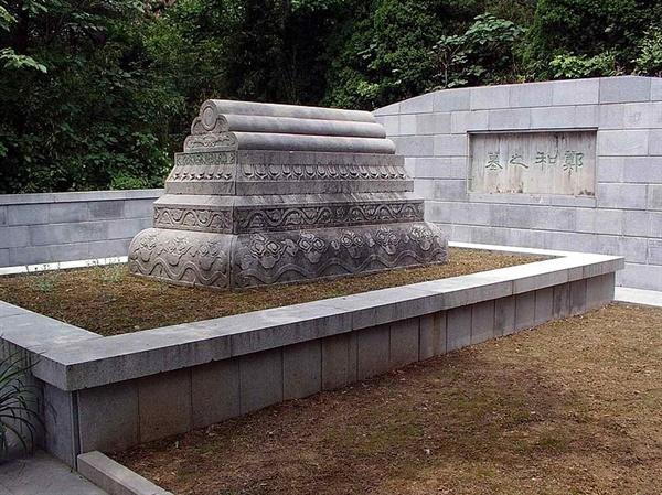 쩡허의 무덤 난징에 있는 쩡허의 무덤이다. 쩡허는 색목인이라고 부르던 우즈베키스탄 출신 부모를 둔 이슬람계 후손이었다.