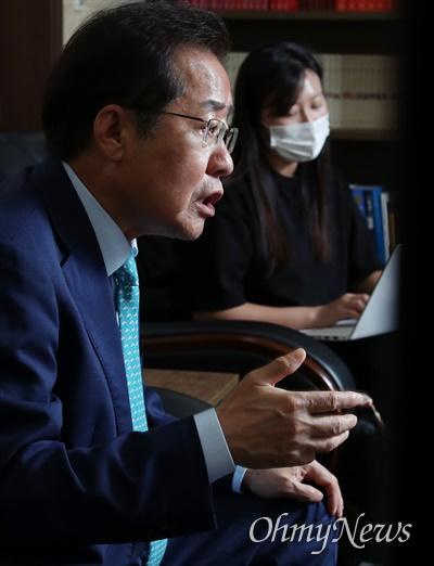 국민의힘 대권 주자인 홍준표 의원이 20일 오후 서울 여의도 인근 사무실에서 <오마이뉴스>와 인터뷰 하고 있다.