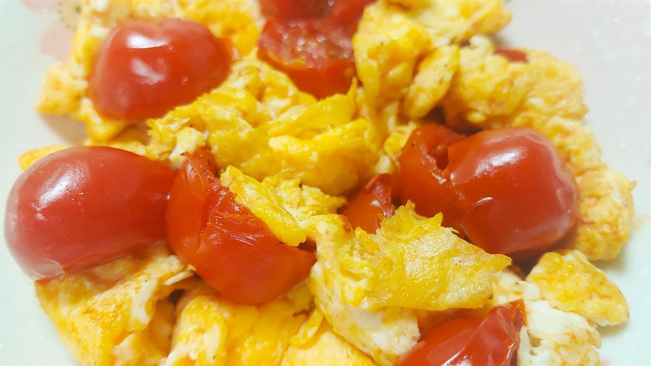 방울토마토달걀볶음 노란 달걀과 빨간 토마토가 어우러져 먹음직스러운 빛깔을 띤다.