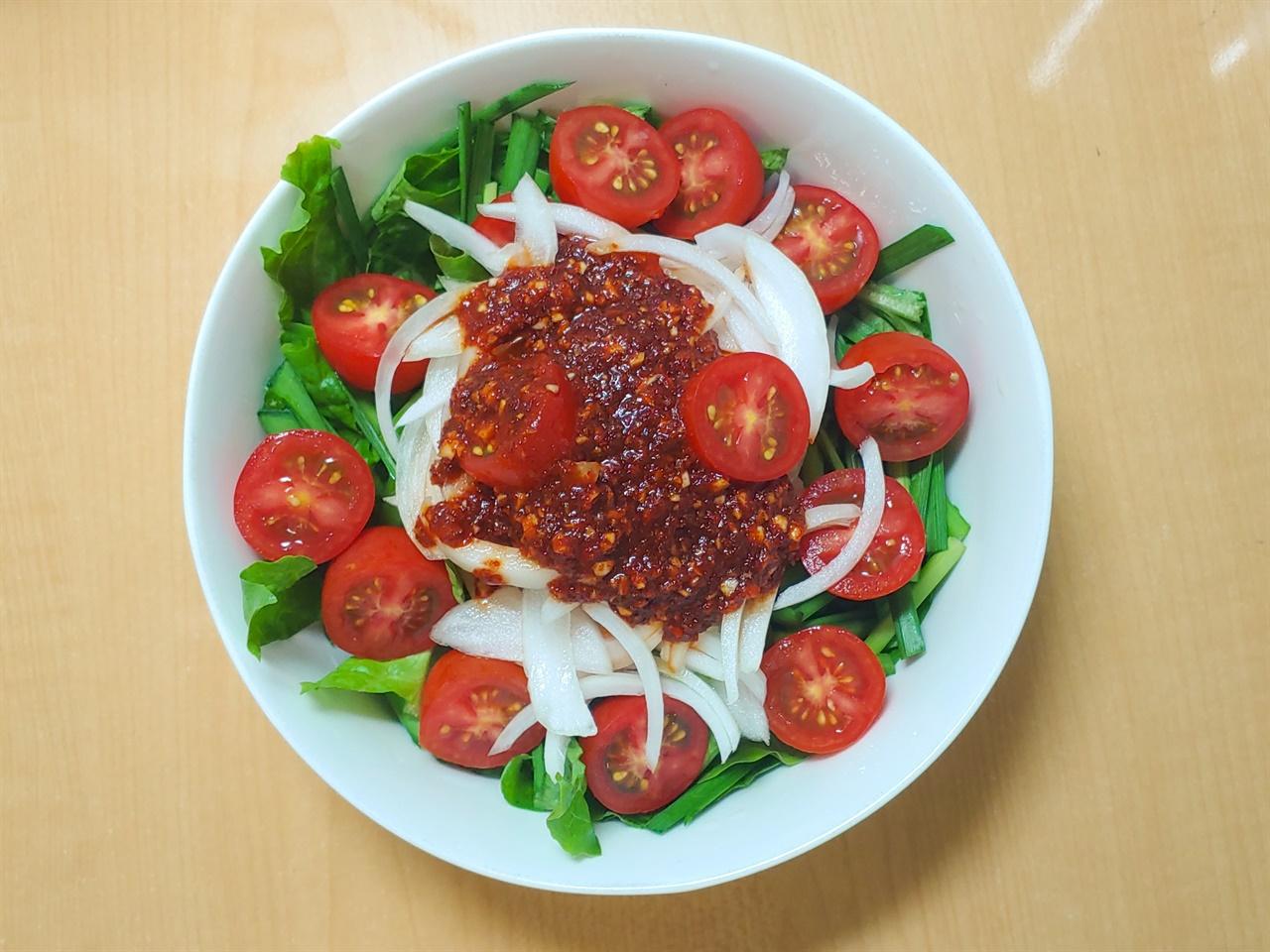 방울토마토 비빔밥 밥 위에 상추, 부추, 양파, 방울토마토, 양념장을 올렸다.