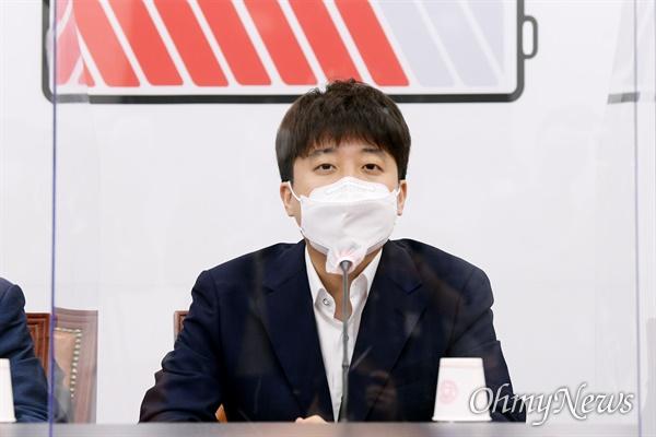 국민의힘 이준석 대표가 21일 오전 서울 여의도 국회에서 열린 당 대표-중진의원 연석회의에서 발언하고 있다.