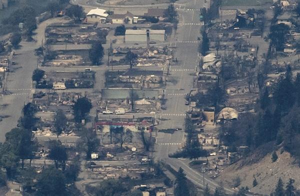산불로 전소된 캐나다 브리티시컬럼비아주 리턴 마을 캐나다 서부 브리티시컬럼비아주 밴쿠버에서 동북쪽으로 153㎞ 떨어진 리턴 마을이 산불로 전소된 모습을 헬기에서 찍은 사진. 캐나다 서부가 최고기온 50℃에 육박하는 폭염 때문에 시련을 겪는 가운데 이날 산불까지 발생해 리턴 마을이 통째로 불타면서 수백 명의 난민이 발생했다
