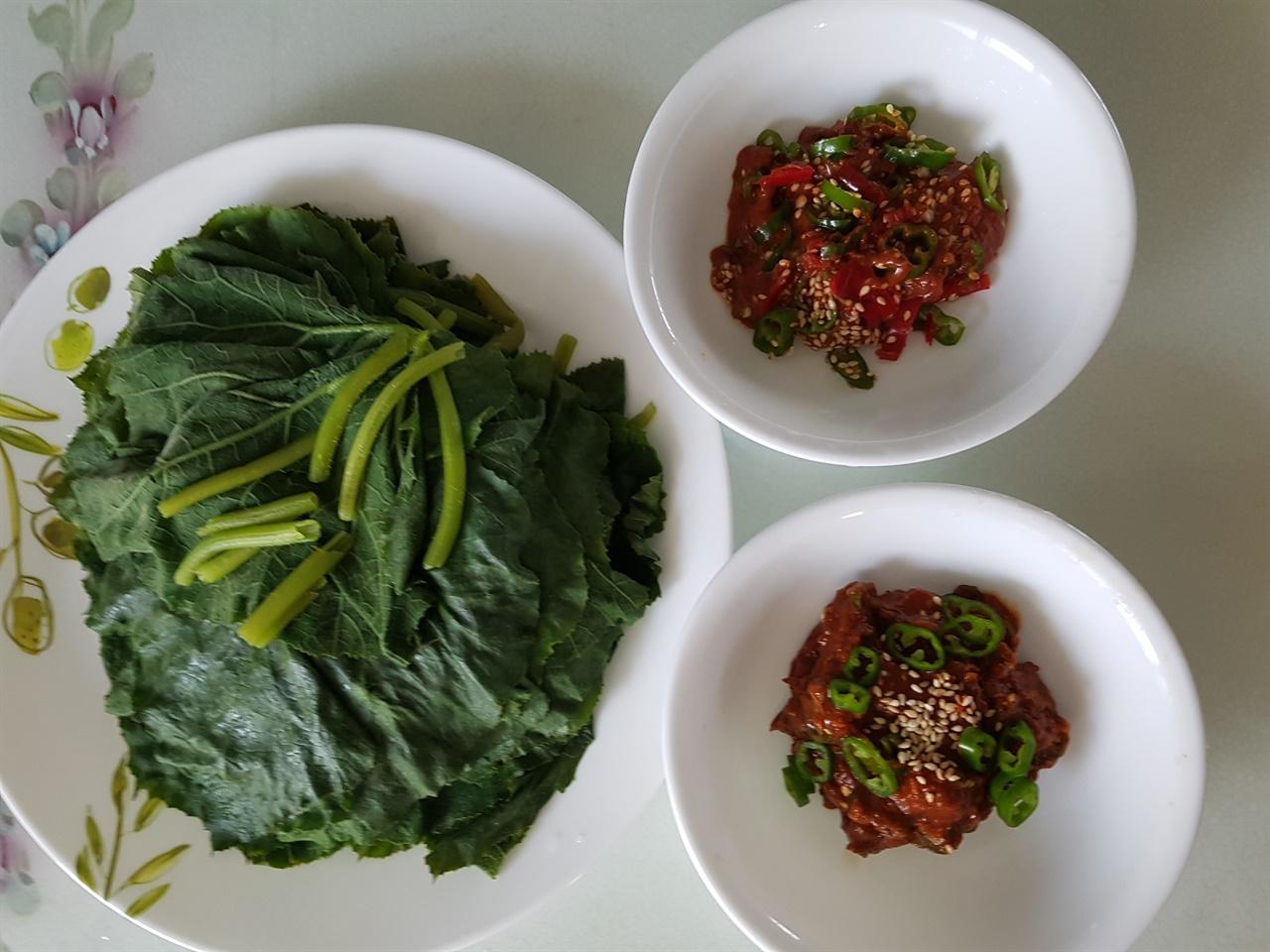 쪄놓은 호박잎  쌈된장, 쌈젓갈 호박잎은 쪄서 쌈된장, 쌈 젓갈