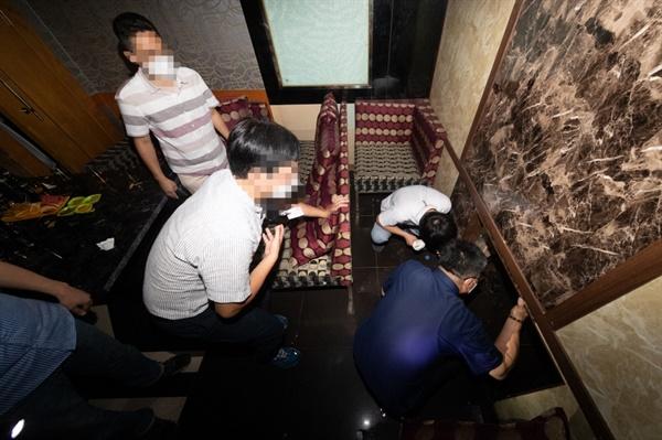 이재명 경기도지사는 22일 밤 10시경 안양시에 위치한 한 유흥주점을 불시 점검하고 현장에서 함께 술을 마시던 여성접객원과 손님 등 7명을 적발했다.