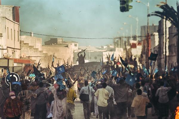 영화 <모가디슈>의 한 장면.