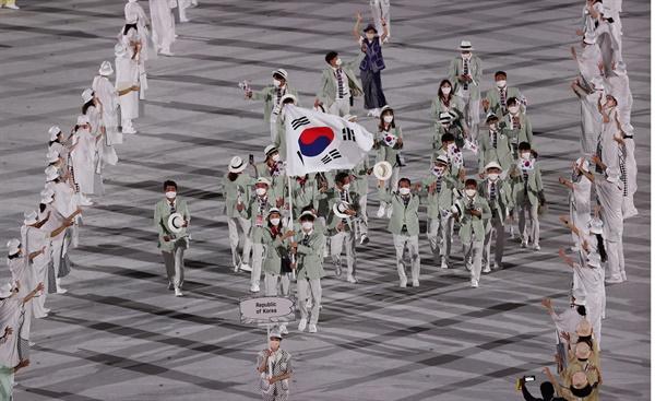 103번째로 입장하는 한국 선수단 23일 일본 도쿄 신주쿠 국립경기장에서 열린 2020 도쿄올림픽 개막식에서 한국 선수단이 입장하고 있다.