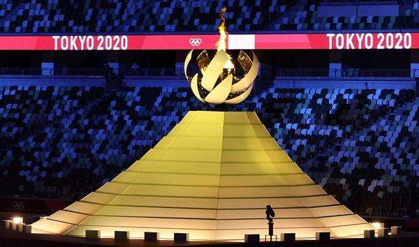 [올림픽] 후지산 성화대 23일 일본 도쿄 신주쿠 국립경기장에서 열린 2020 도쿄올림픽 개막식에서 성화가 타오르고 있다.