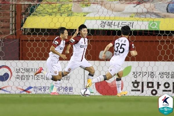 FC서울 서울 선수들이 포항과의 K리그1 21라운드에서 고요한의 득점 이후 기쁨을 나누고 있다.